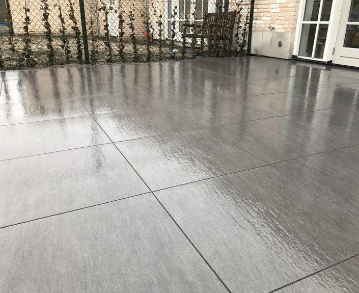 Mooi strak terras met keramische tegels en volledig afgevoegd