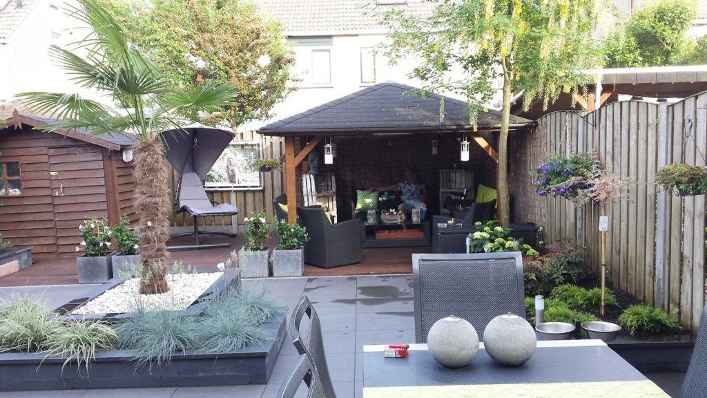 Mooie sfeervol en onderhoudsvrije achtertuin voorzien van 60x60x2 keramische tegels die volledig zijn afgevoegd.